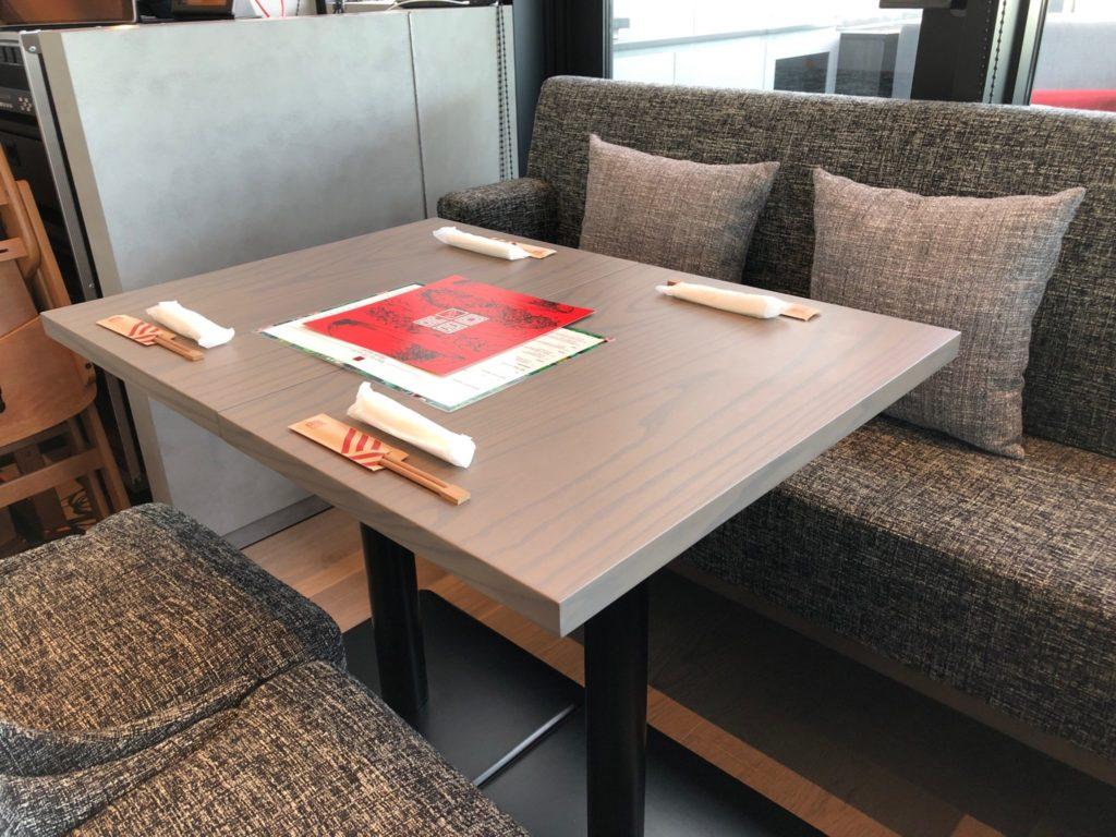セラヴィカフェ&バー(BAO by CE LA VI(バオ バイ セラヴィ)のテーブル席