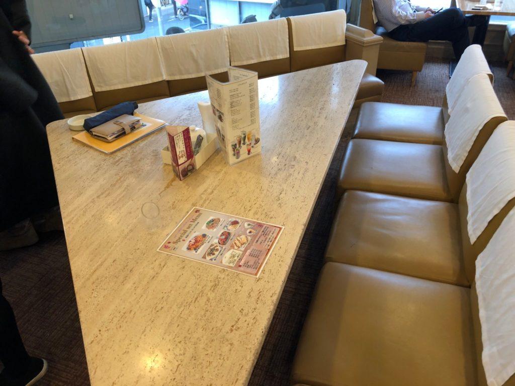 シュベール 成城学園前の三角のテーブル席