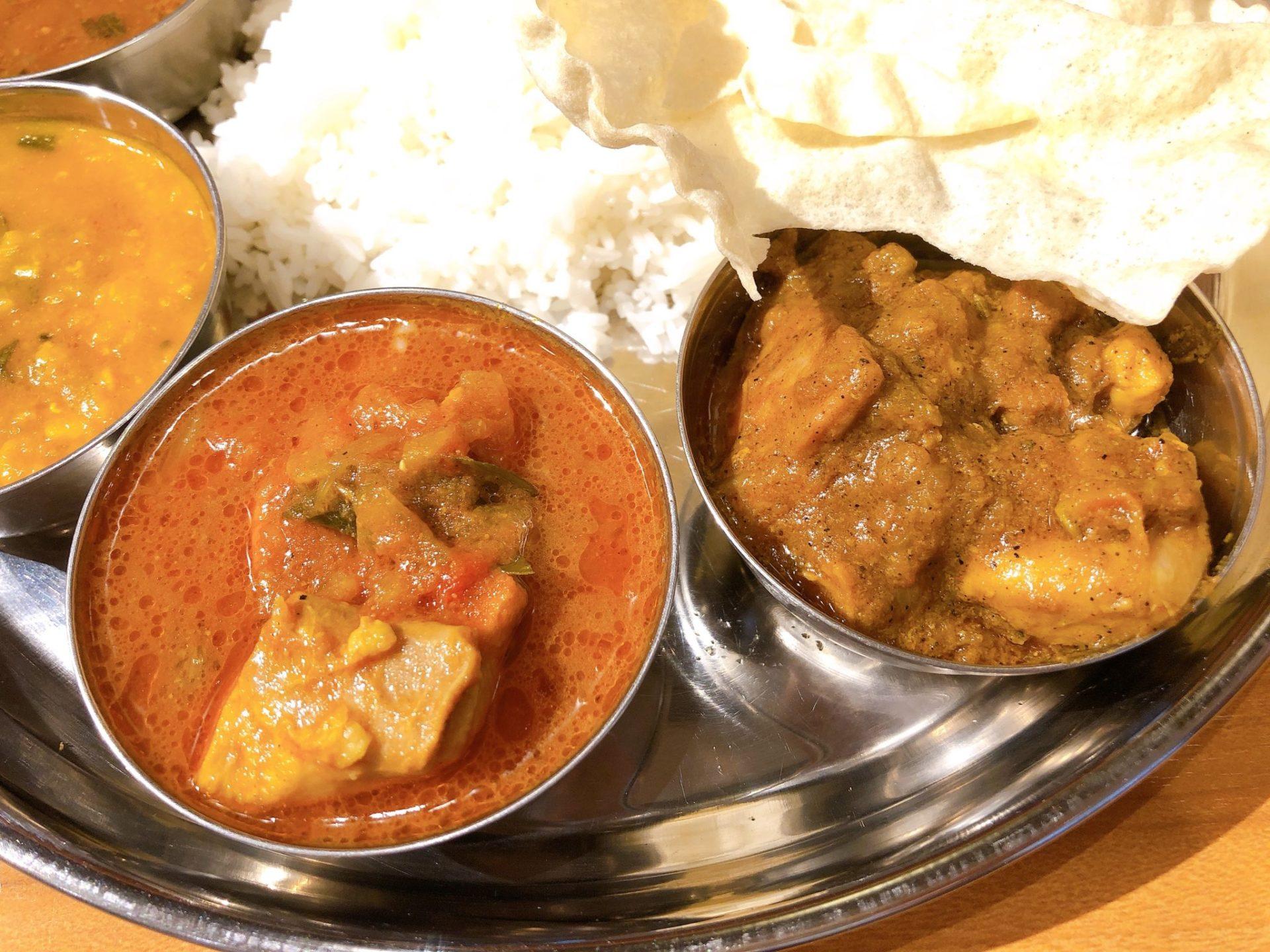 スリマンガラムの右:カーライクディチキンカレー  左:チキンドライ