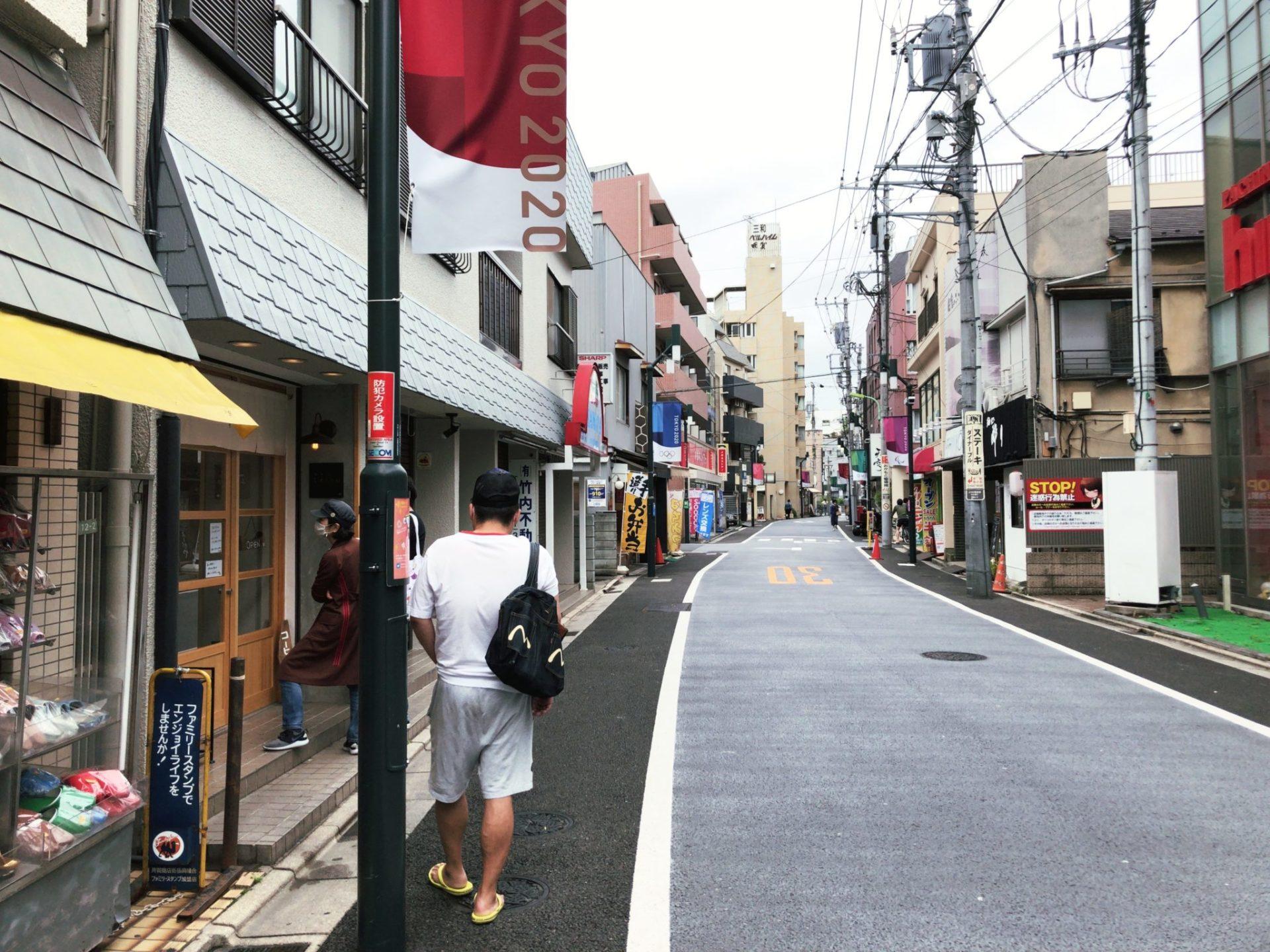 珈琲とドーナツふわもち邸(用賀)は商店街沿いにある