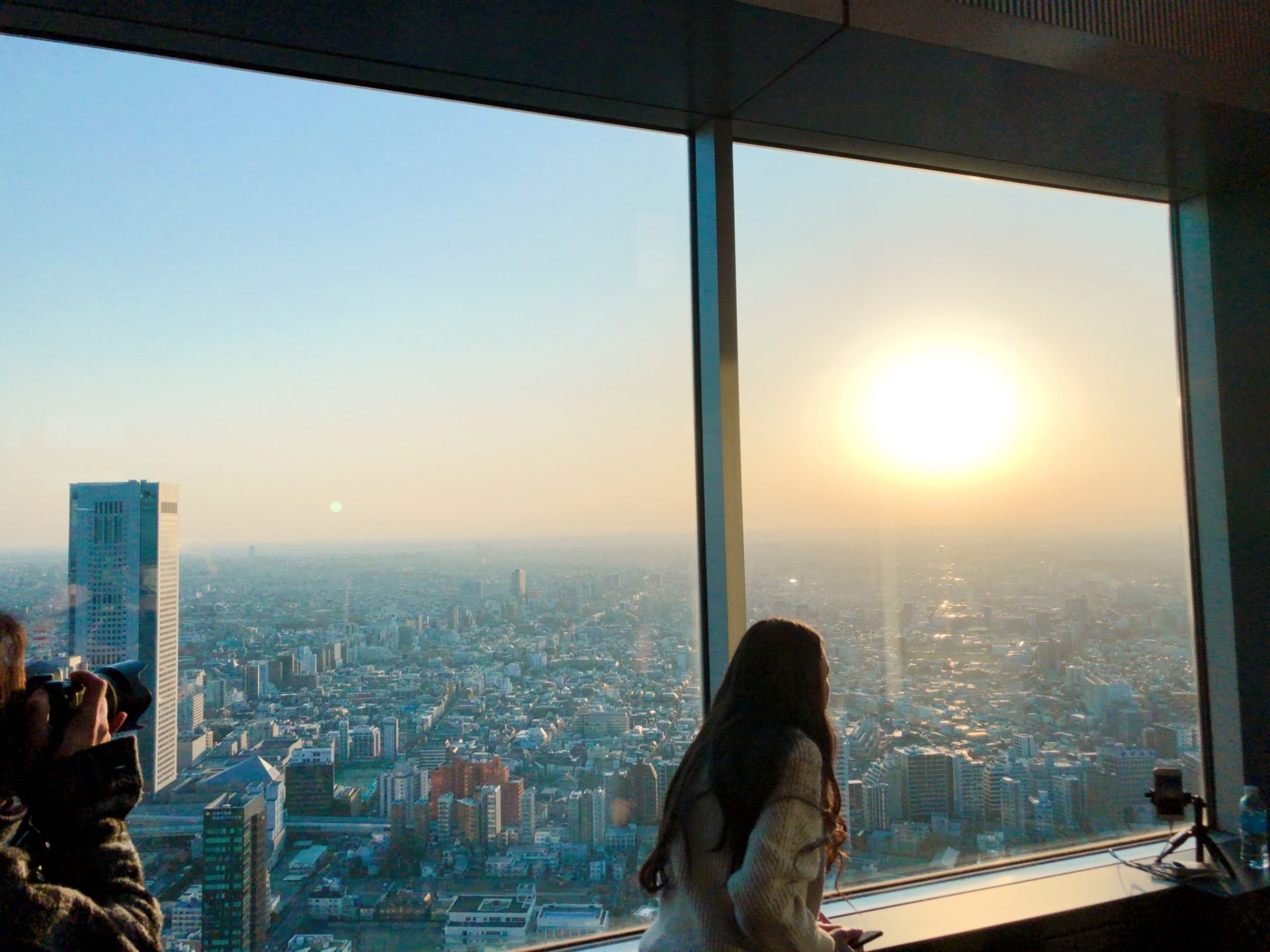 都庁 南展望台にいる夕日を撮る外国人