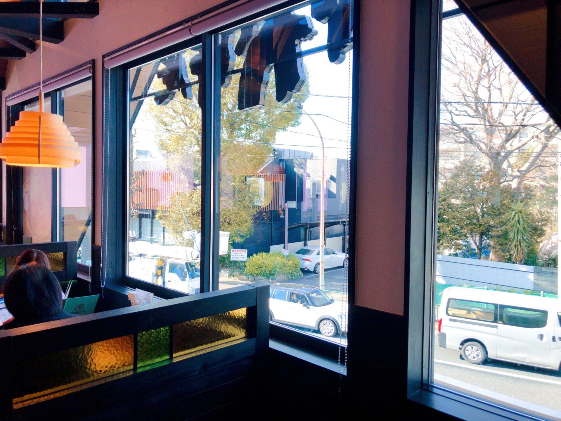 コメダ和喫茶 おかげ庵 駒沢公園前店の大きな窓