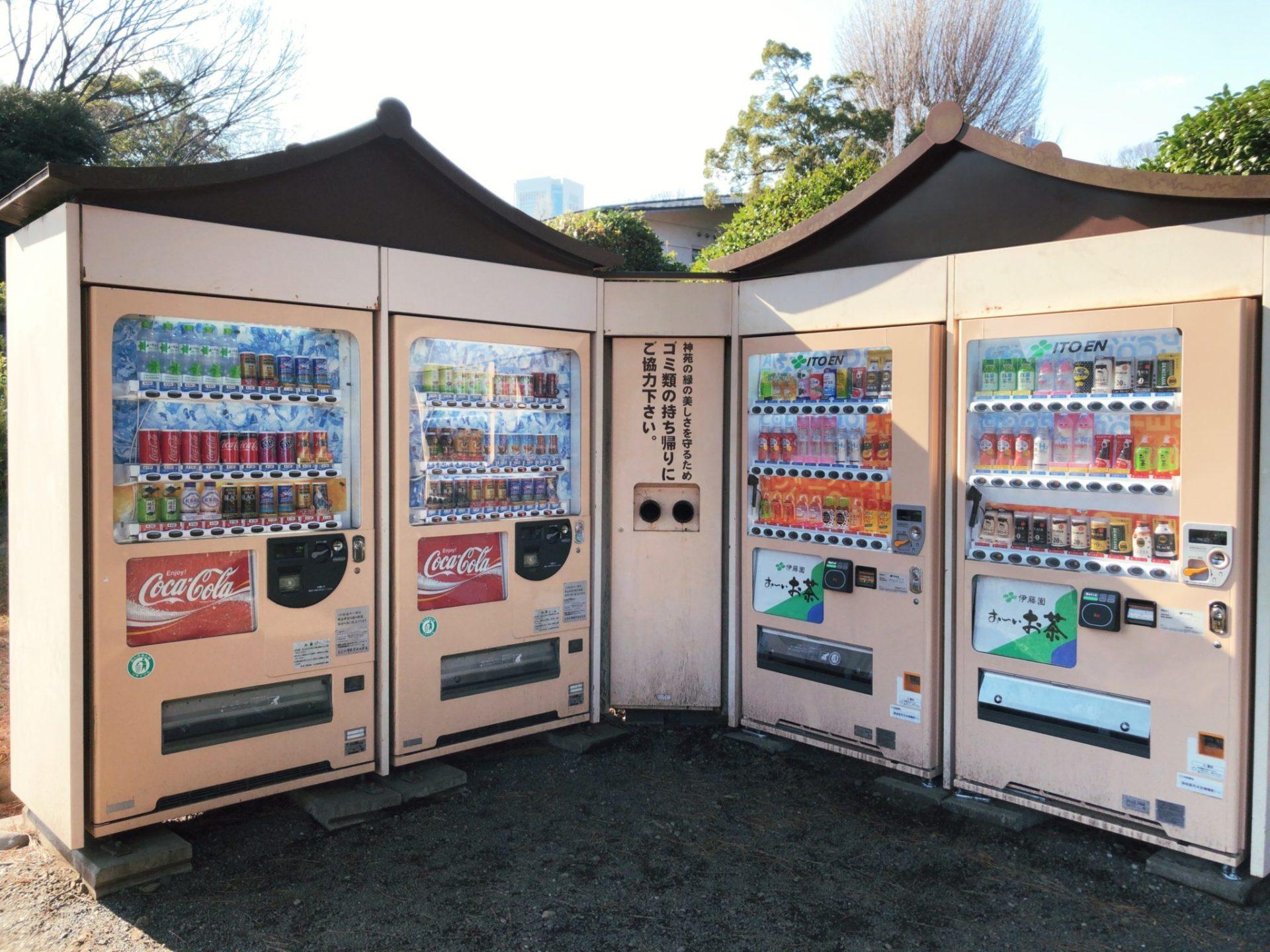 明治神宮の芝生広場にある自動販売機