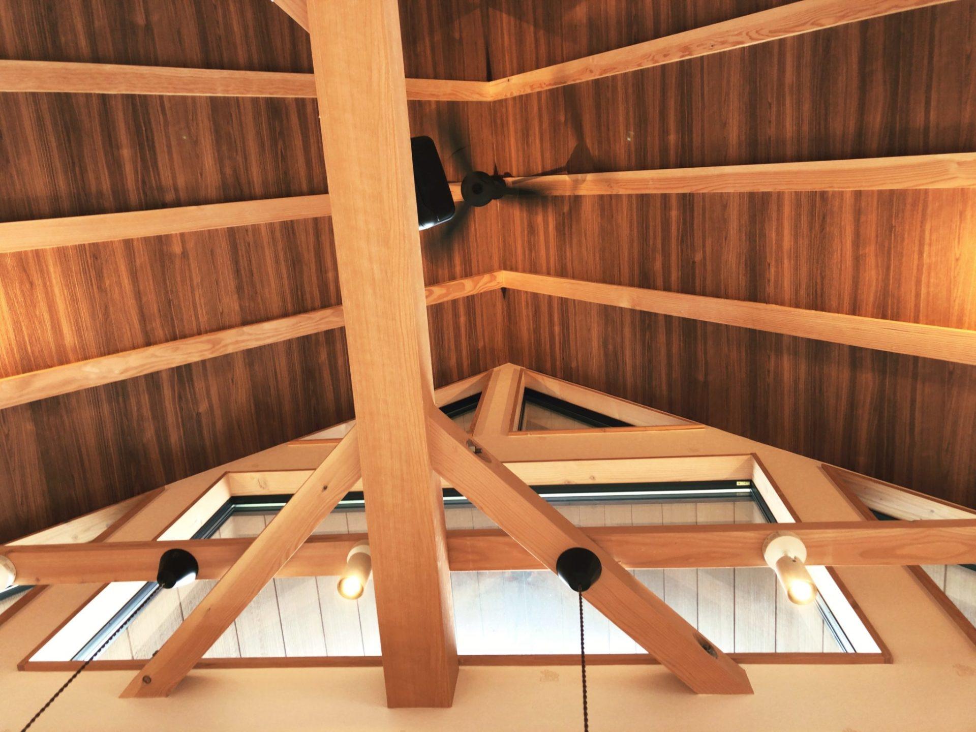 コメダ珈琲店 駒沢公園前店のは天井が広い