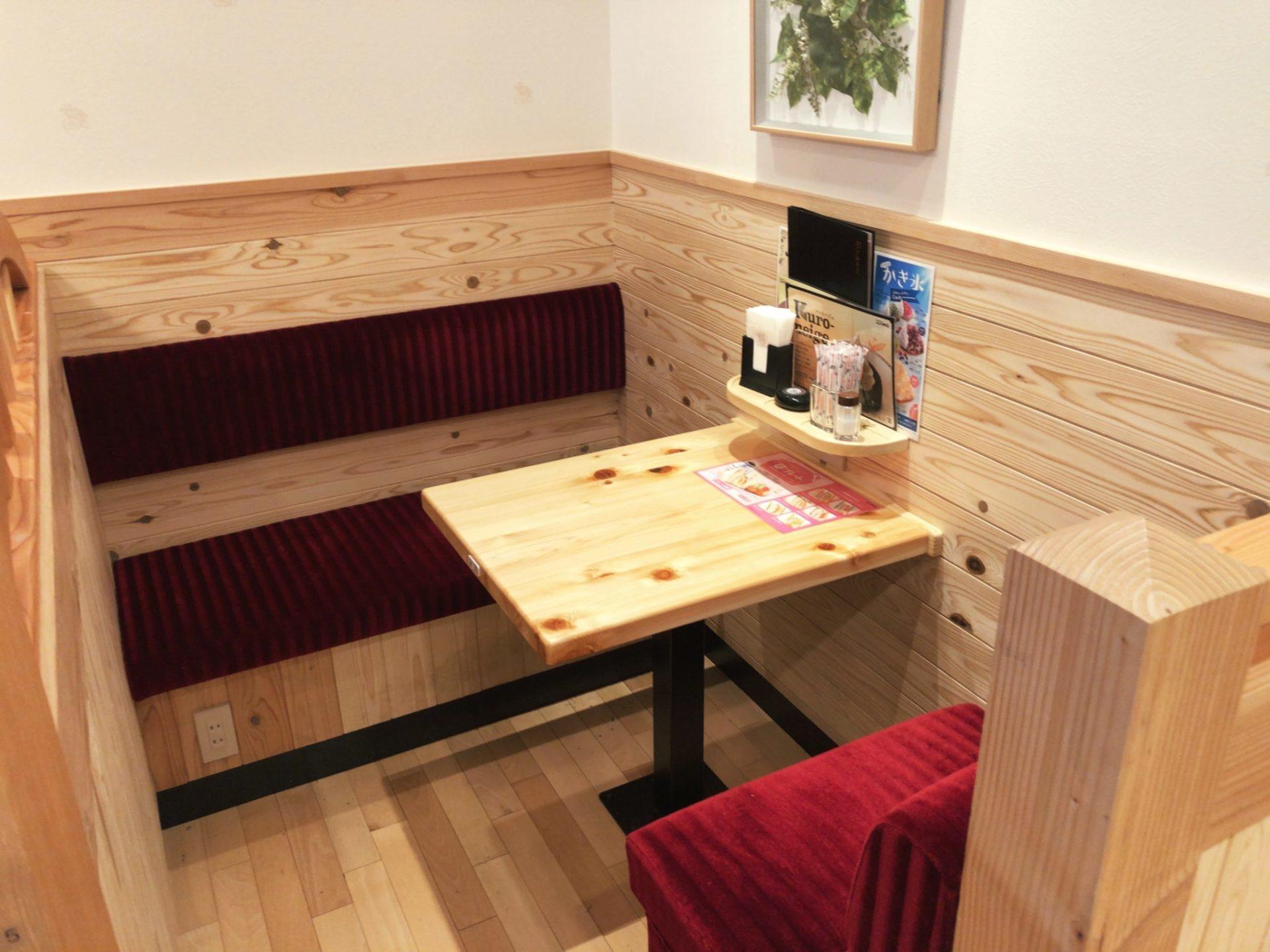 コメダ珈琲店 駒沢公園前店の少人数用テーブル席