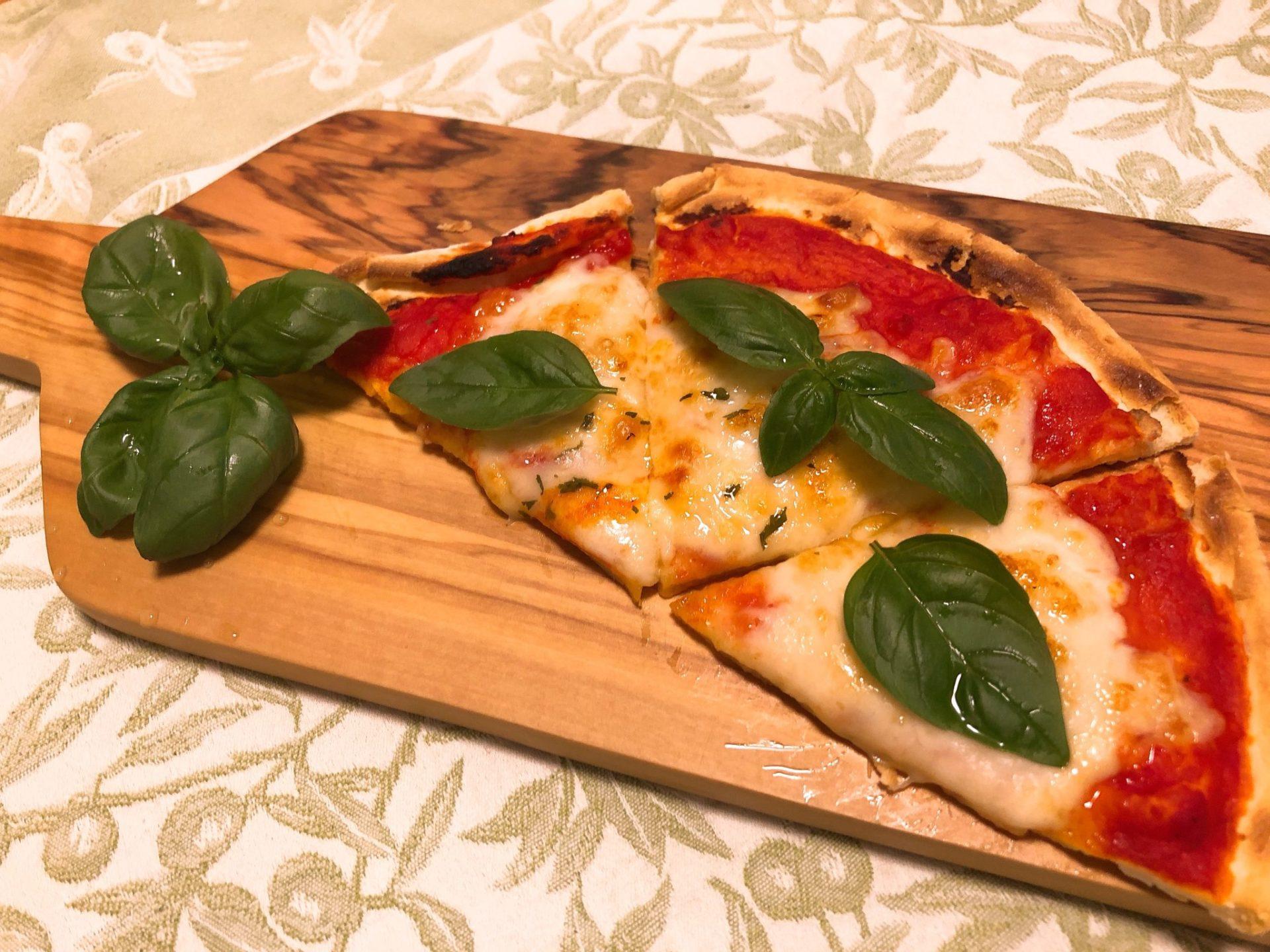 サイゼリヤでテイクアウトのピザはバジルを乗せると良い