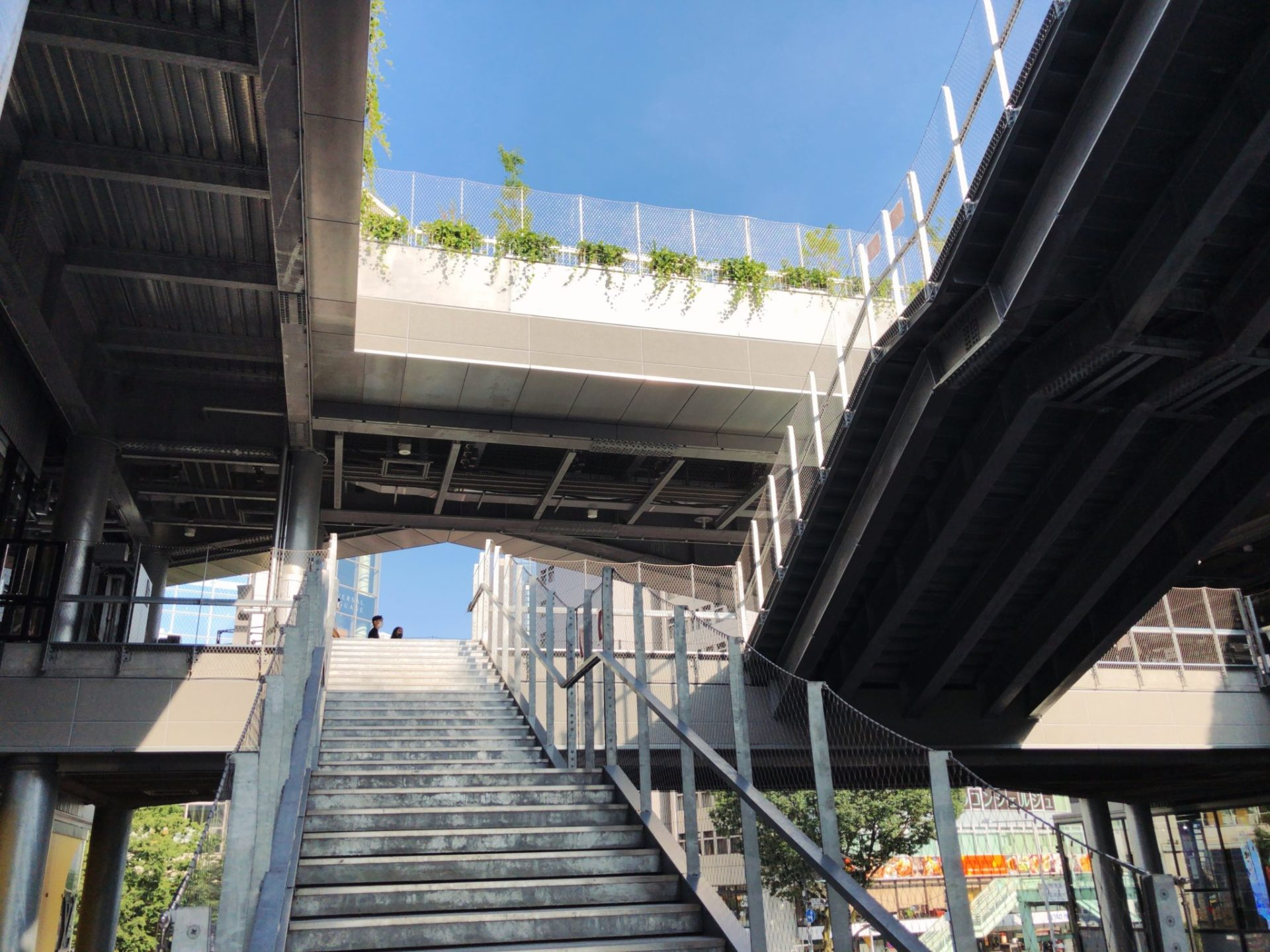 スターバックスコーヒー MIYASHITA PARK店に続く階段
