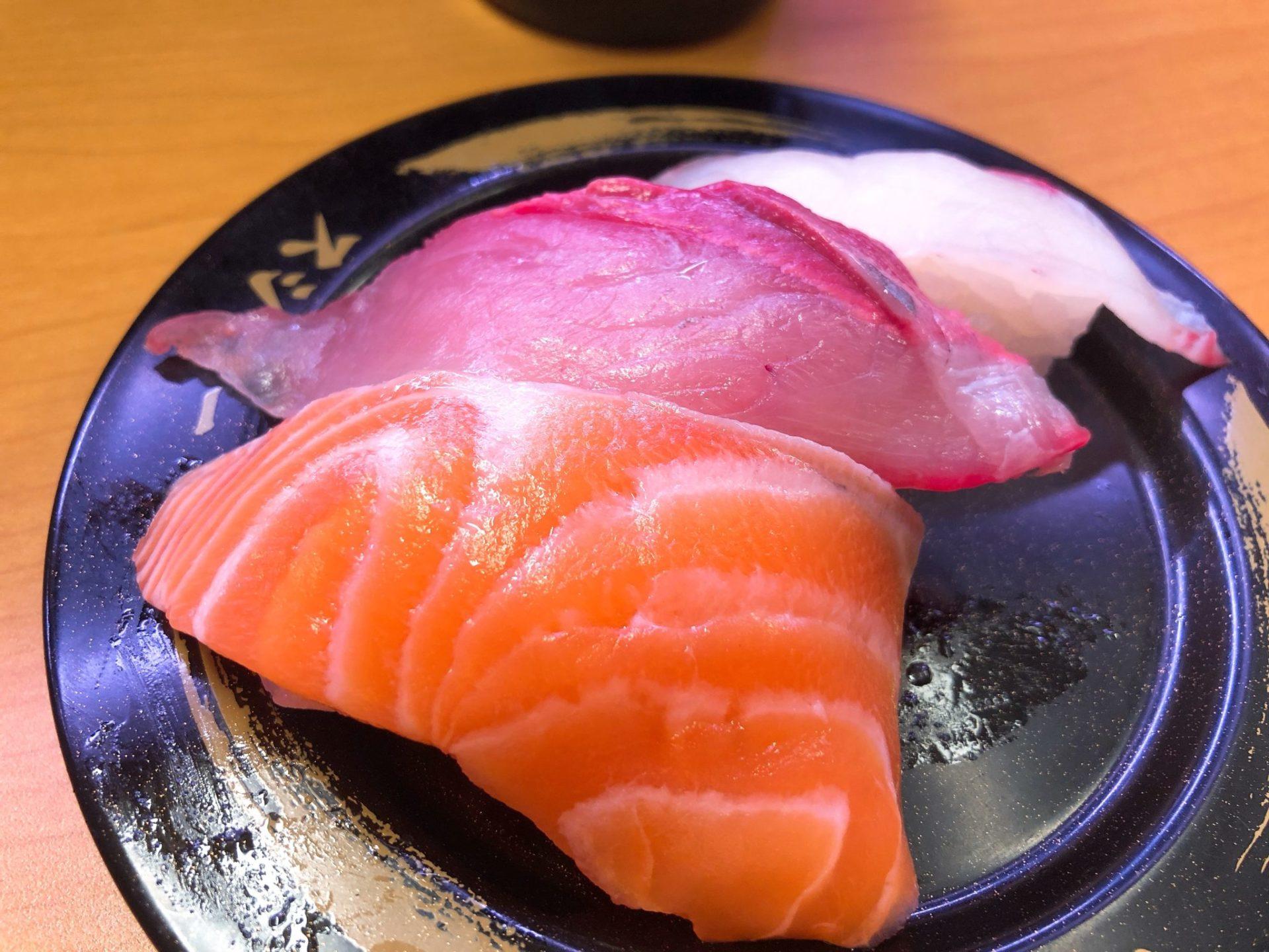 スシロー有楽町店のおすし本日の3貫(鯛かんぱちサーモン)