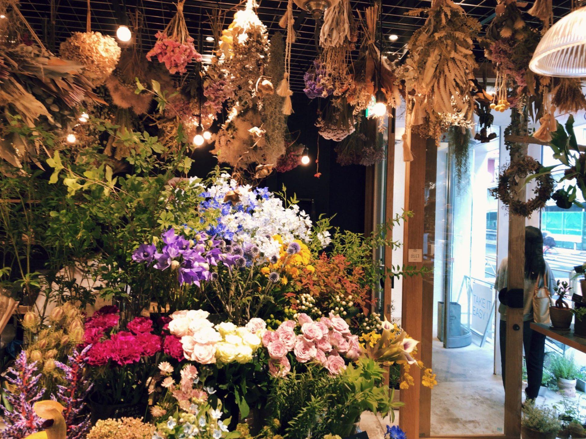 ジュウニブンベーカリー 三軒茶屋本店は花屋併設