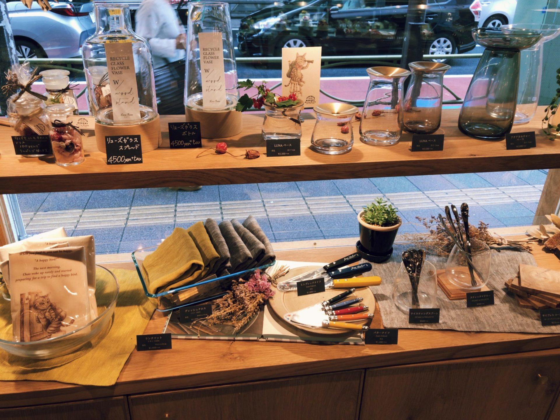 ジュウニブンベーカリー 三軒茶屋本店には手土産に最適な小物もある