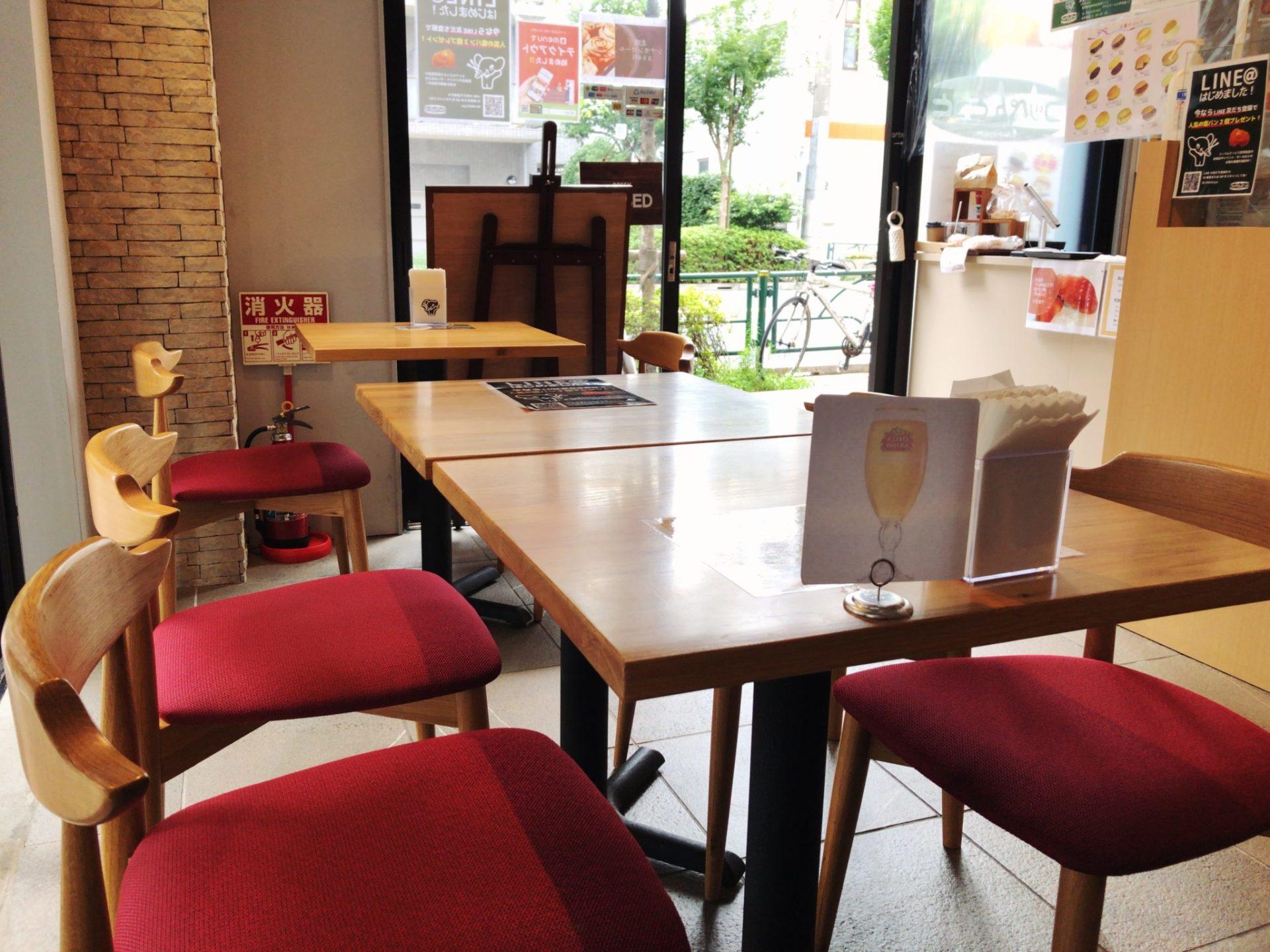 コッペんどっと 三軒茶屋店のテーブル席