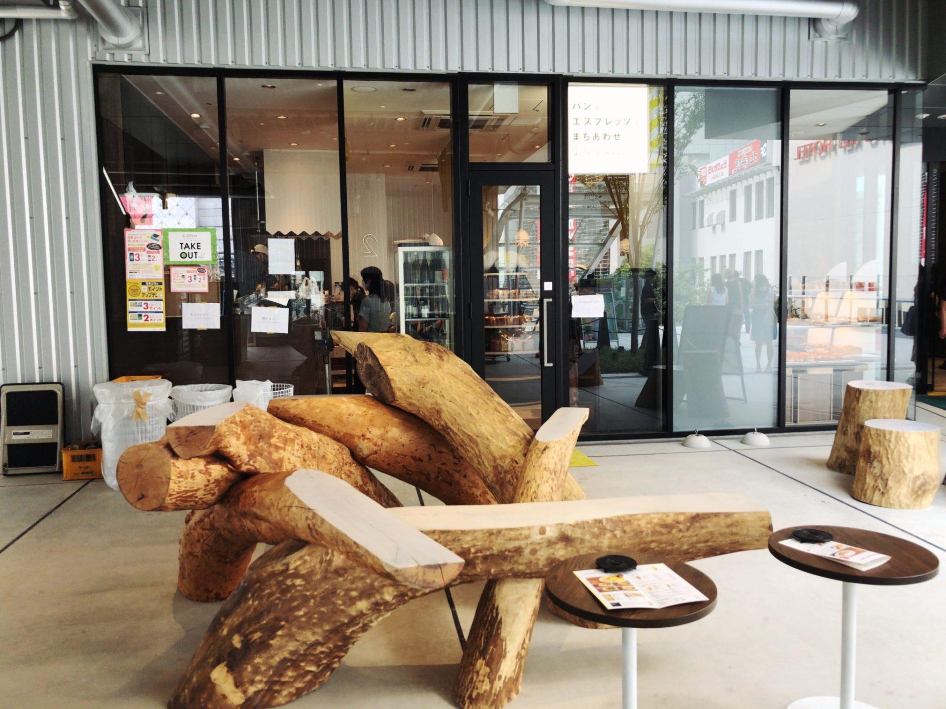 パンとエスプレッソとまちあわせの外にある木のベンチ