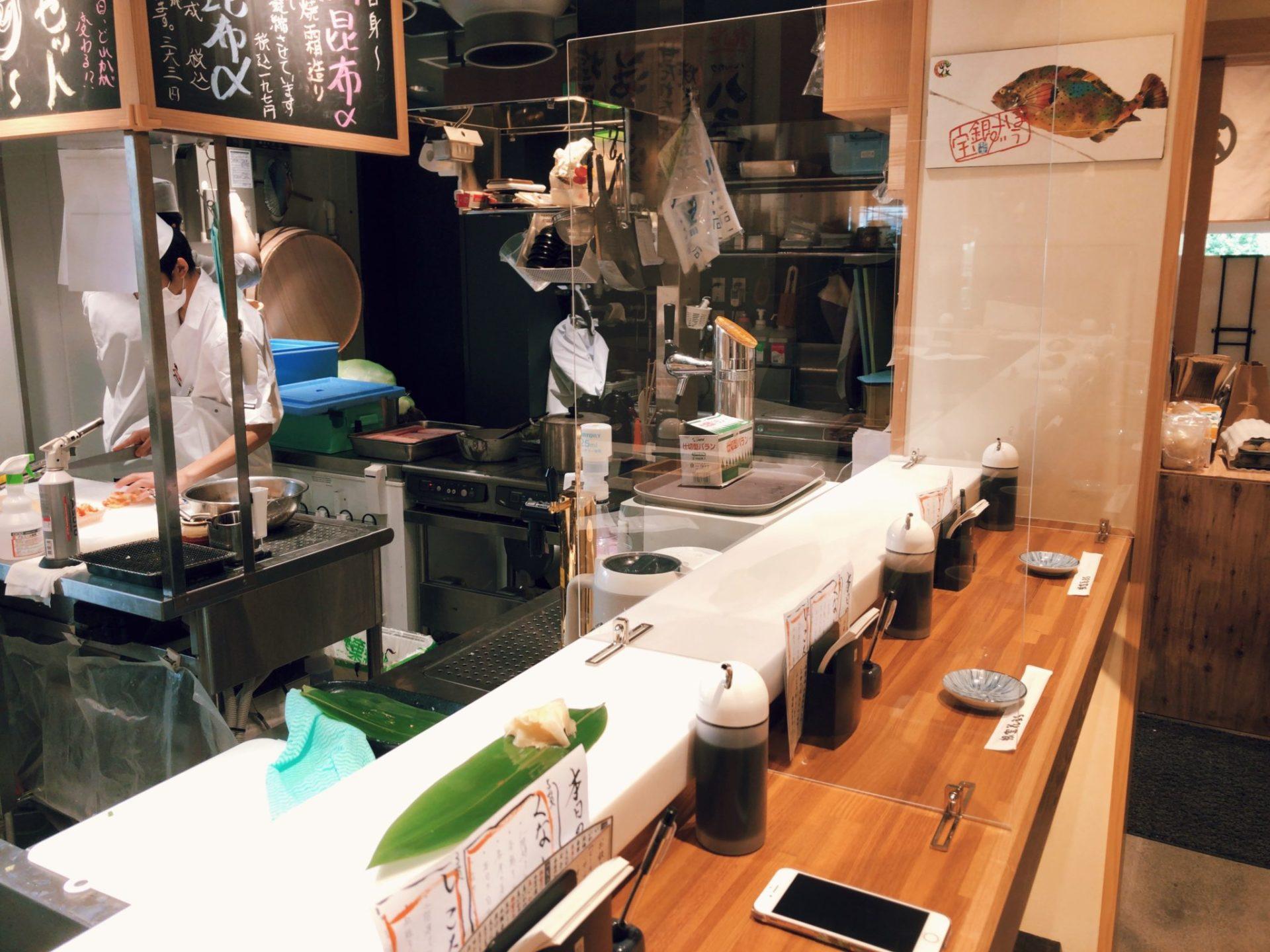 立食い寿司 根室花まる 神宮前店(原宿店)のカウンター席