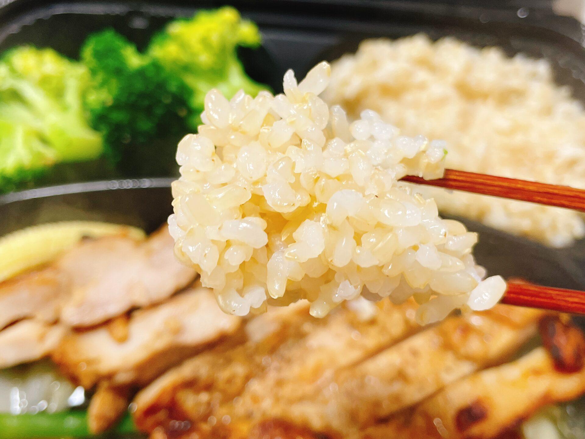 筋肉食堂デリをお試し(皮なし鳥もも肉の塩麹焼き)の玄米